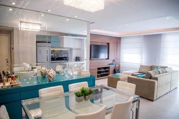 Deixe seu ambiente colorido usando um buffet para sala de jantar azul