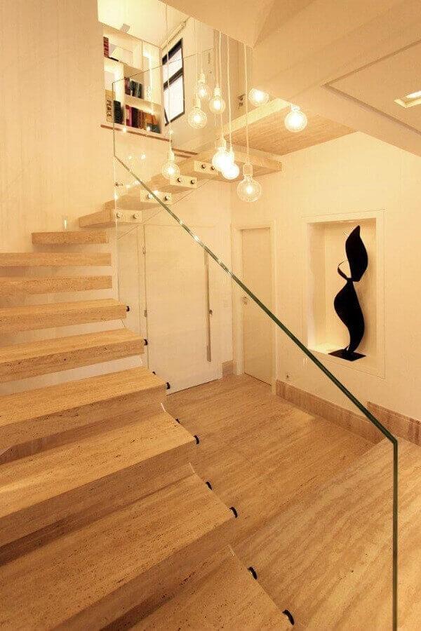 Escada feita em mármore travertino e guarda corpo de vidro - Foto Pietro Terlizzi
