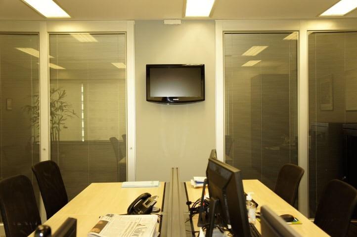 Escritório com parede de drywall e portas divisórias de vidro Projeto de Valquíria Giroto de Franca