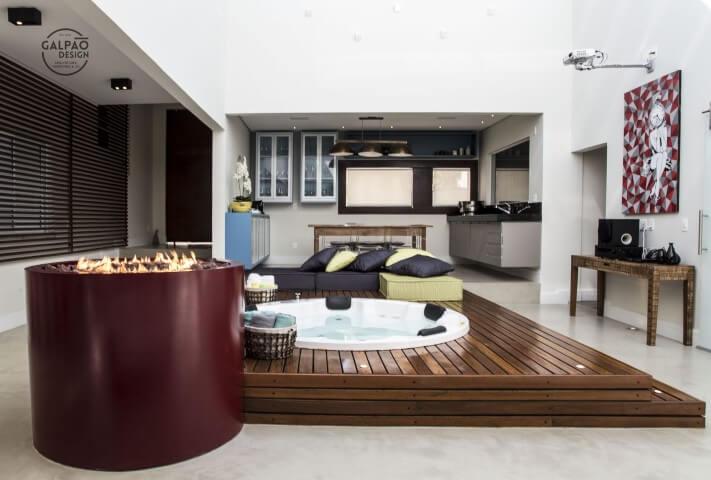 Espaco gourmet com ofurô embutido no chão Projeto de Galpão Design