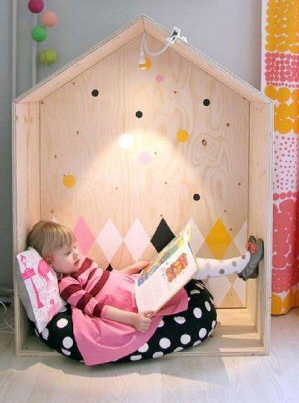 Esse nicho em formato de casa se encaixa perfeitamente dentro de um quarto montessoriano