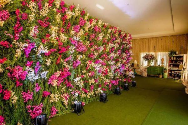 Festa de aniversario decorada com painel de flores