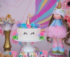 Festa de unicórnio mesa com boneca e bolo