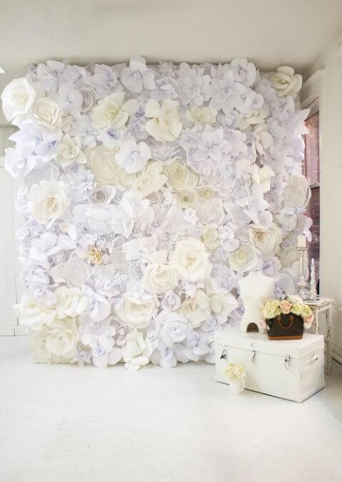 Flores de papel brancas com bege