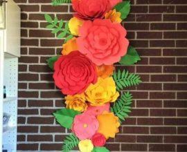 Flores de papel coloridas em cores tropicais