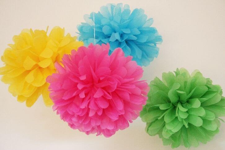 Flores de papel coloridas pendentes