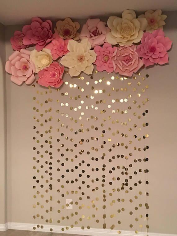 Flores de papel com bolinhas douradas