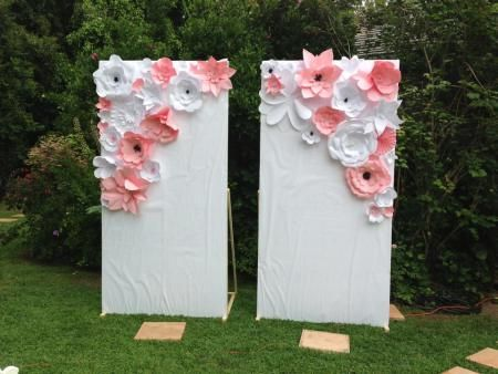 Flores de papel em painel para fotos