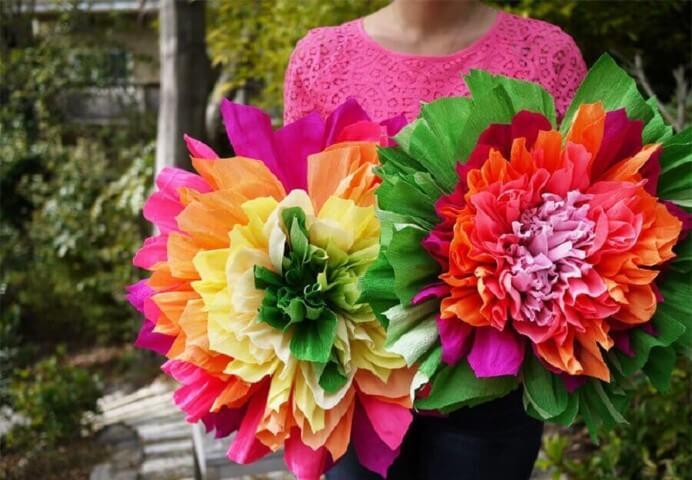 Flores de papel gigantes coloridas