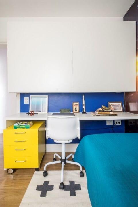 Gaveteiro amarelo com rodinhas sob mesa branca Projeto de SP Estúdio
