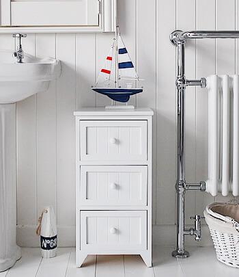 Gaveteiro branco com três gavetas em banheiro claro