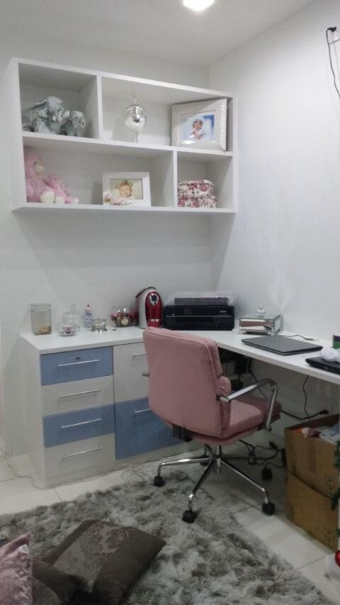 Gaveteiro branco e azul em quarto de bebê Projeto de Reinaldo Gonçalves