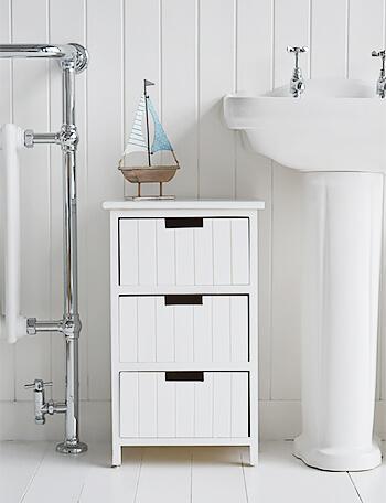 Gaveteiro branco em banheiro branco