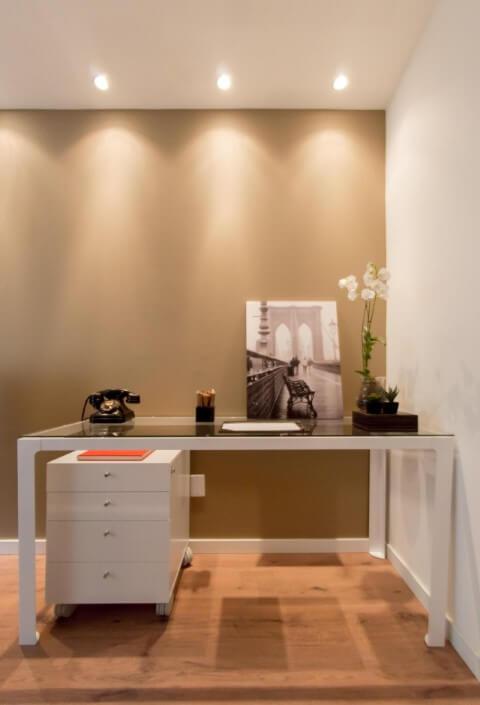 Gaveteiro branco sob mesa de vidro no escritório em casa Projeto de Vitral Arquitetura