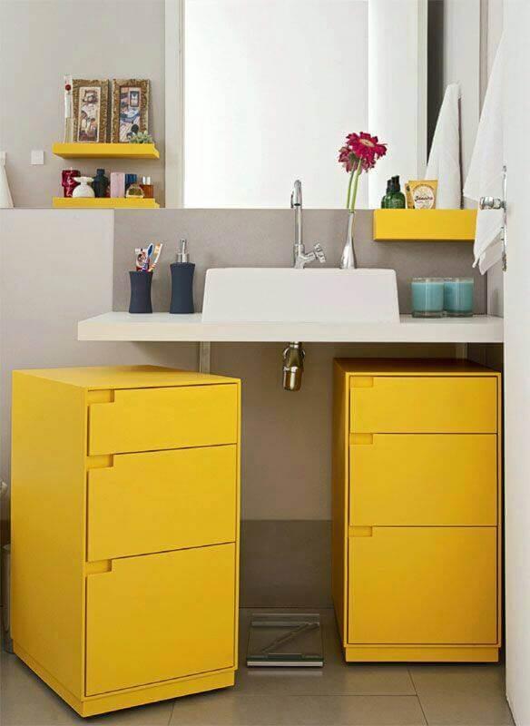 Gaveteiro duplo amarelo embaixo da pia do banheiro