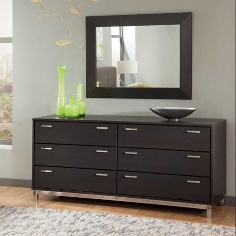 Gaveteiro preto com gavetas amplas
