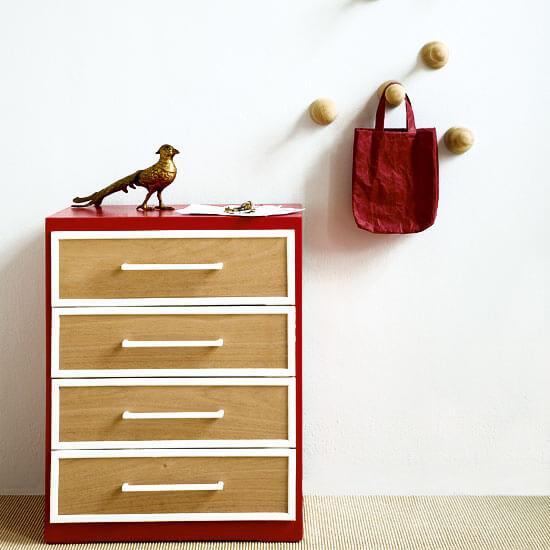 Gaveteiro vermelho com gavetas de madeira