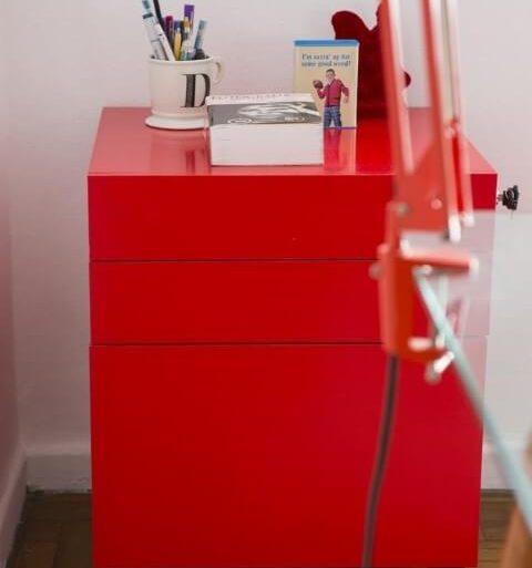 Gaveteiro vermelho com rodinhas e chave Projeto de Buji