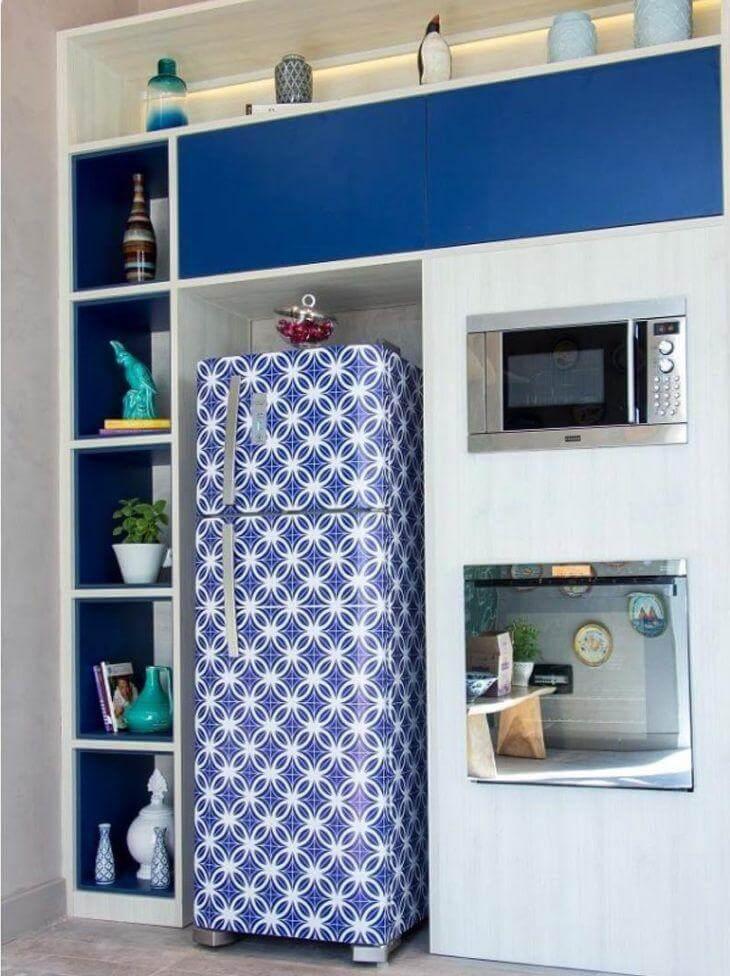 Geladeira adesiva em tons de azul e branco. Fonte: Living Design