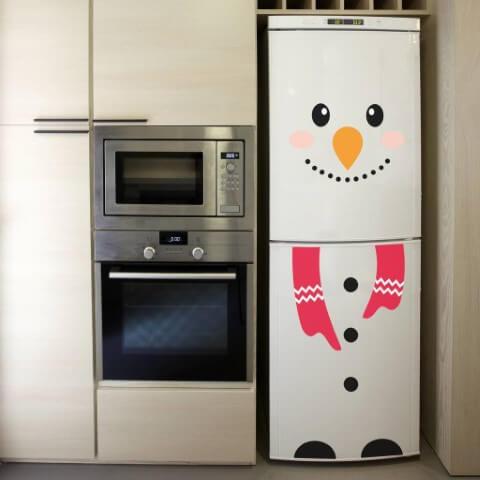 Geladeira adesivada com adesivo de boneco de neve