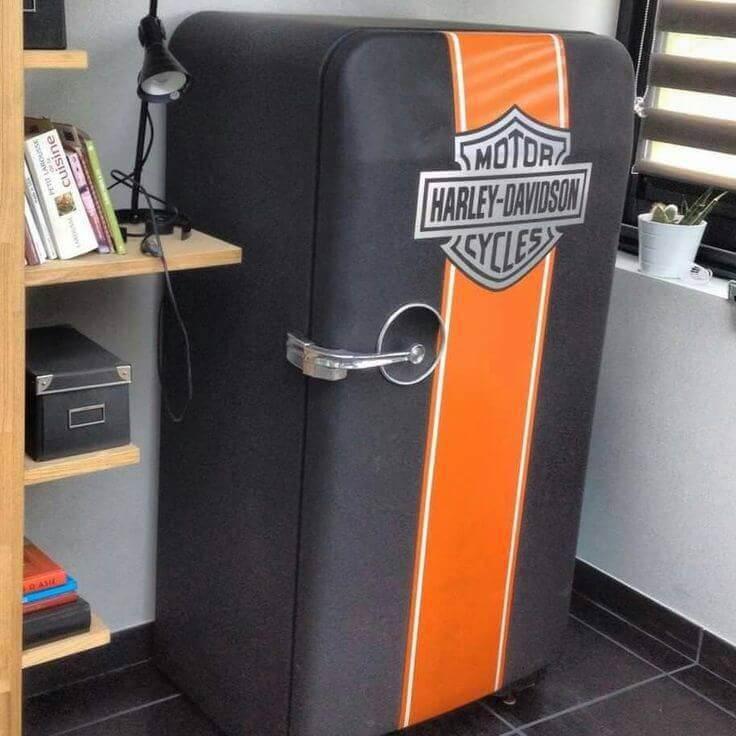 Geladeira adesivada com brasão da Harley Davidson