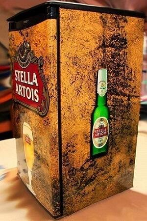 Geladeira adesivada com estampa da Stella Artois