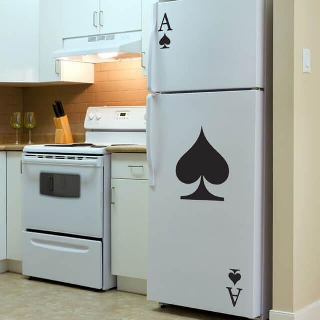 Geladeira adesivada com estampa de baralho
