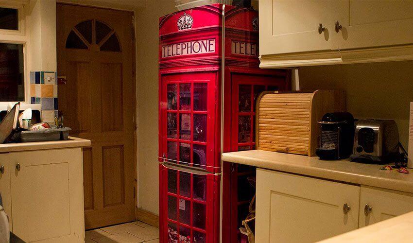 Geladeira adesivada com estampa de cabine telefônica
