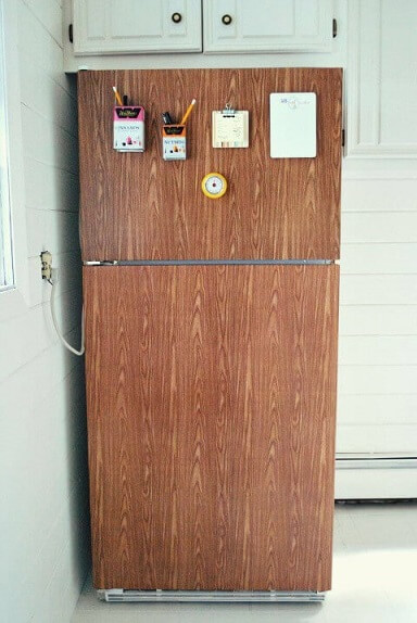 Geladeira adesivada com estampa de madeira