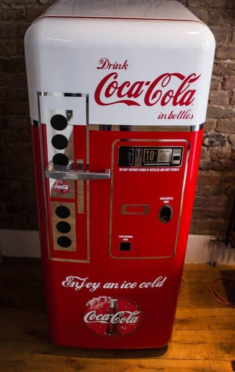 Geladeira adesivada com estampa de vending machine antiga da Coca-Cola