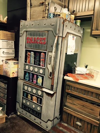 Geladeira adesivada com estampa de vending machine