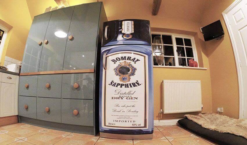 Geladeira adesivada com estampa do Bombay Sapphire