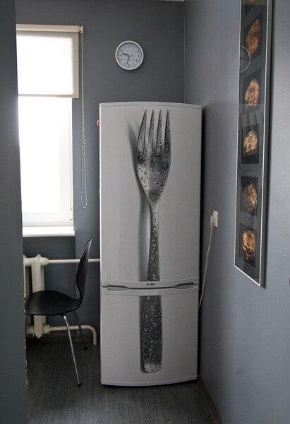 Geladeira adesivada com estampa realística de garfo