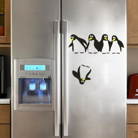 Geladeira adesivada com pinguins