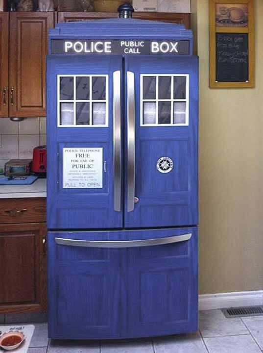 Geladeira adesivada com tema policial azul