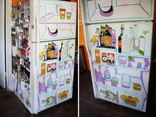 Geladeira adesivada divertida com estampa que imita o interior de uma geladeira