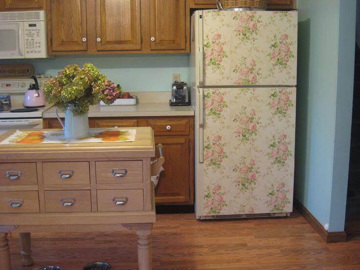 Geladeira adesivada floral em cozinha com aparência bem tradicional