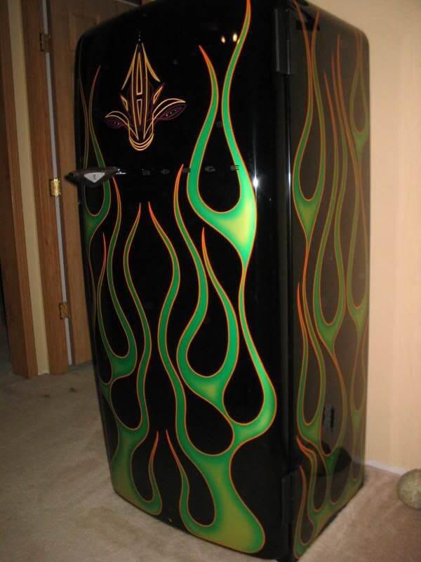 Geladeira adesivada preta com estampa de chamas verdes