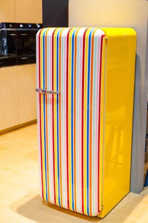 Geladeira adesivada retrô com listras verticais