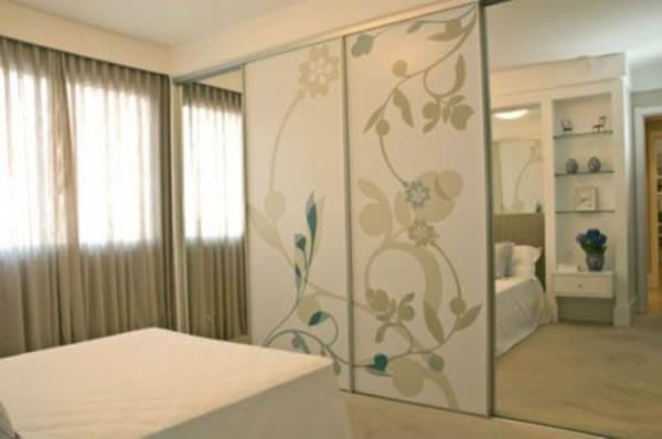 Guarda roupa casal com portas com espelhos e adesivada