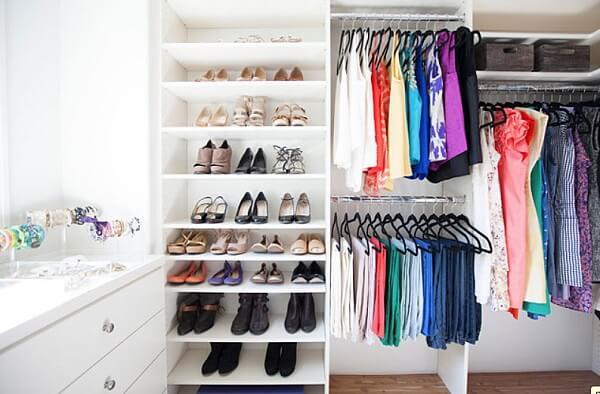 Guarda roupa sem porta na decoração do quarto