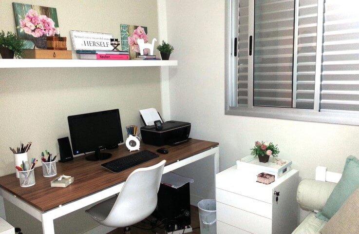 Home office com gaveteiro com chave Projeto de Mariana Campos