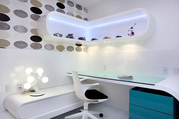 Home office contemporâneo com gaveteiro azul sob mesa branca Projeto de Rodrigo Maia