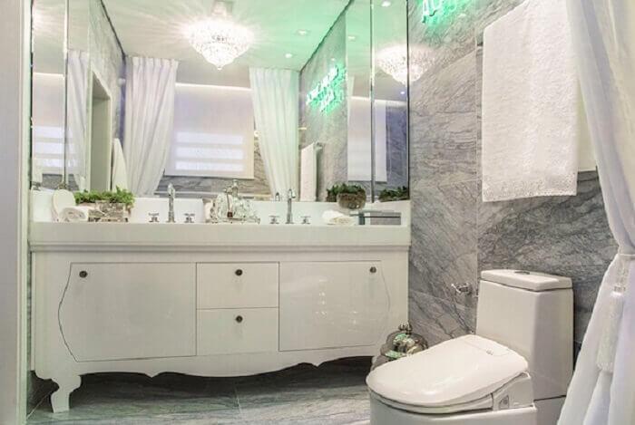 Invista em um modelo vintage de armário de banheiro