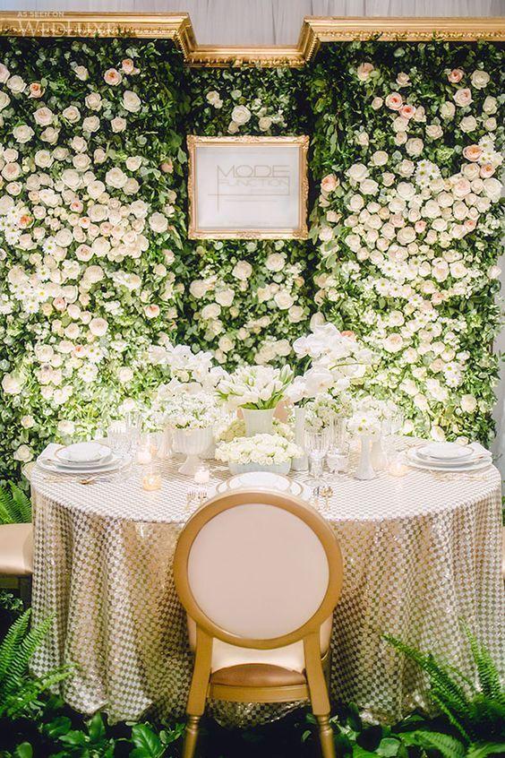 Jantar com painel de flores brancas