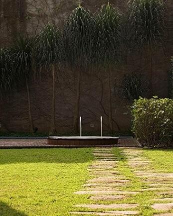 Jardim com ofurô próximo à piscina Projeto de Rodrigo Oliveira