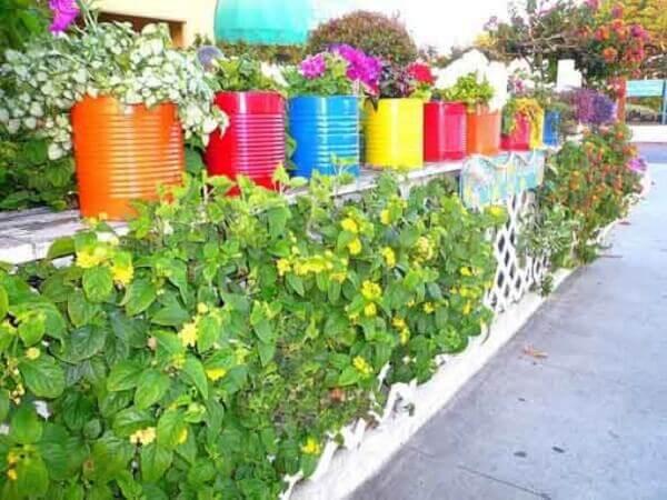 Latas decoradas coloridas para jardim