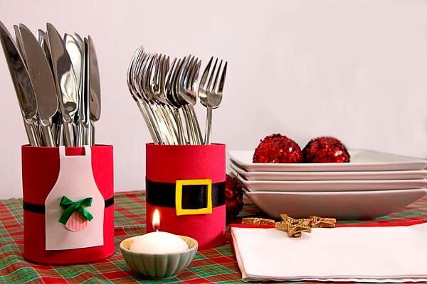 Latas decoradas com EVA decoram a mesa de Natal