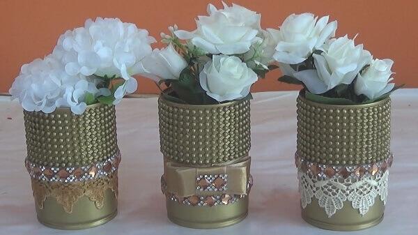 Latas decoradas com pérolas