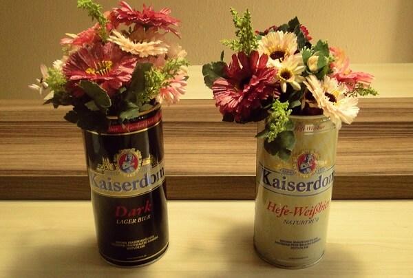 Latas decorativas de cerveja com flor